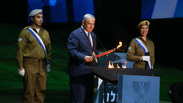 PM Netanyahu lighting a torch (Photo: Alex Kolomoisky)