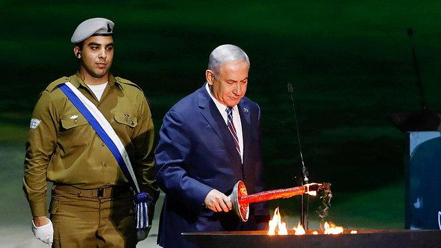 PM Netanyahu lights a torch (Photo: Alex Kolomoisky)
