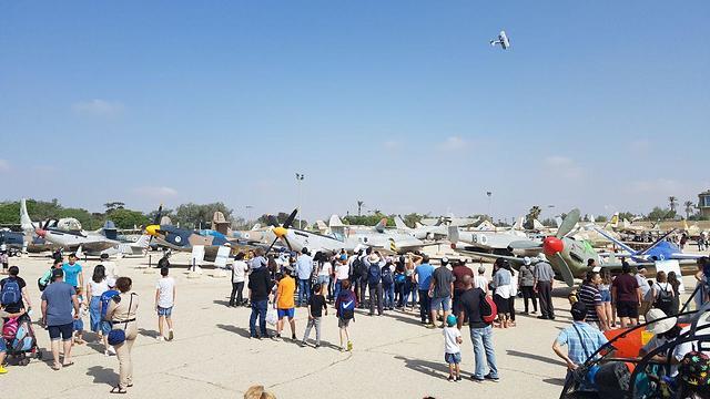 מטיילים במוזיאון חיל האוויר בחצרים (צילום: בראל אפרים)