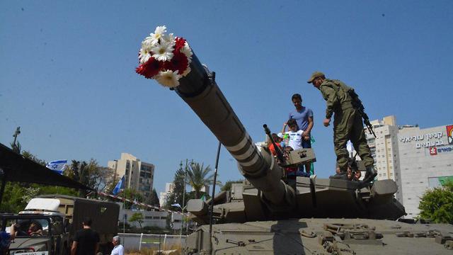 יום העצמאות בחניות טנקים של חטיבת 188 (צילום: עיריית גבעתיים)