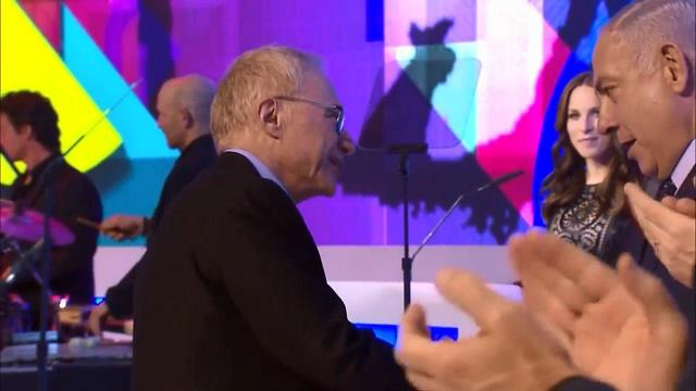 Grossman shaking Netanyahu's hand (Photo: Mizmor)