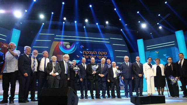נפתלי בנט וחתנים וכלות פרס ישראל (צילום: גדעון שרון)