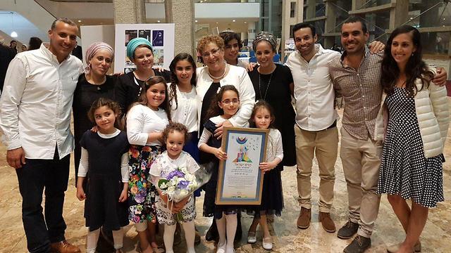 מרים פרץ ומשפחתה (צילום: אפרים מורנו)