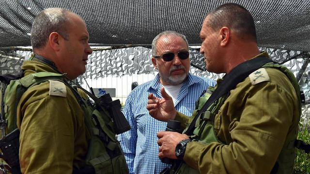 Lieberman meeting with senior IDF officials in his vist to Sa'ad and the Gaza vicinity (Photo: Israel's Defense Ministry)