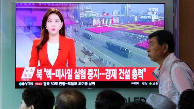 דיווח בטלוויזיה הדרום קוריאנית על השעיית תוכנית הגרעין של הצפון (צילום: AP)