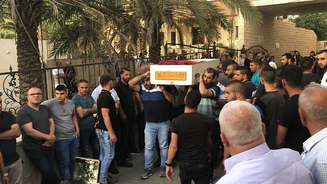 נזאר ג'השאן תושב נצרת  נורה בתוך מסעדה בנצרת (צילום: יחיא ג'בארין)