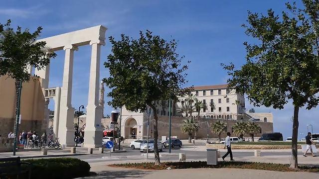 צד אחד פונה אל כיכר השעון המפורסמת (צילום: אסף קוזין)