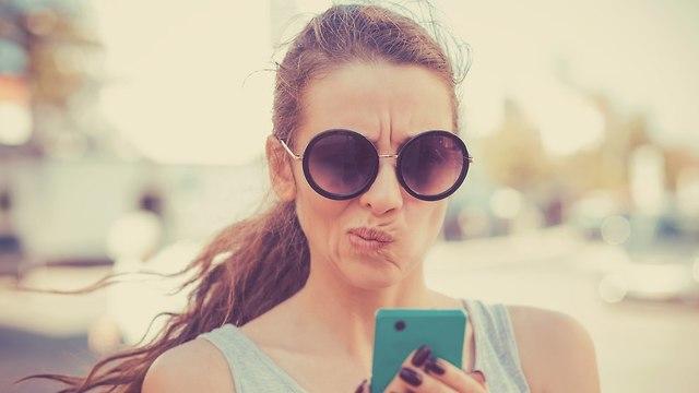 אישה שולחת SMS (אילוסטרציה: Shutterstock)