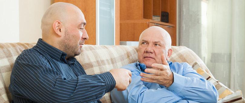 זוג גברים משוחחים על הספה (צילום: Shutterstock)