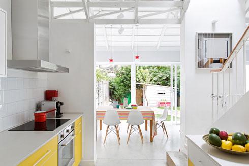 מבט מהמטבח לכיוון הגינה האחורית (צילום: שירן כרמל)