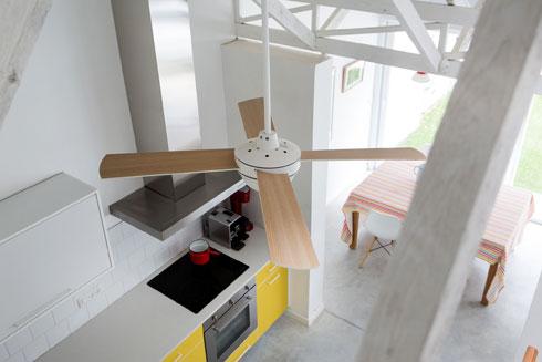 מקונסטרוקציית הגג נתלו מאווררים בהירי צבעים (צילום: שירן כרמל)