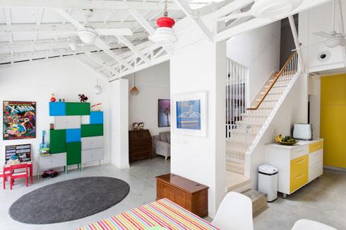 גרם המדרגות והגג הם העוגנים של התכנון והעיצוב (צילום: שירן כרמל)