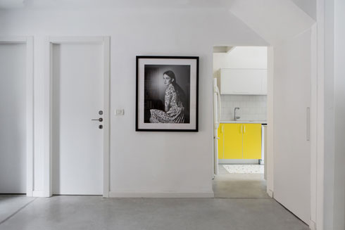 צילום של מעיין זארי במבואת הכניסה, בין חדר הרחצה לגרם המדרגות (צילום: שירן כרמל)