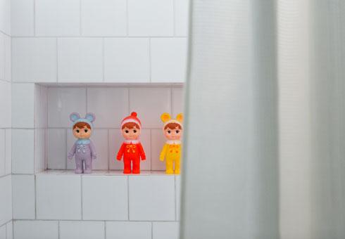 בחדר הרחצה למעלה אריחי קרמיקה פשוטים על הקירות (צילום: שירן כרמל)