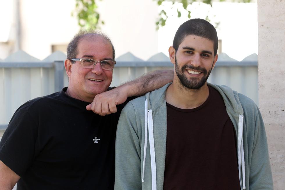 עם אביו יוסי. למטה: שניים מהשירים שהוא הוציא לרדיו (צילום: יריב כץ)