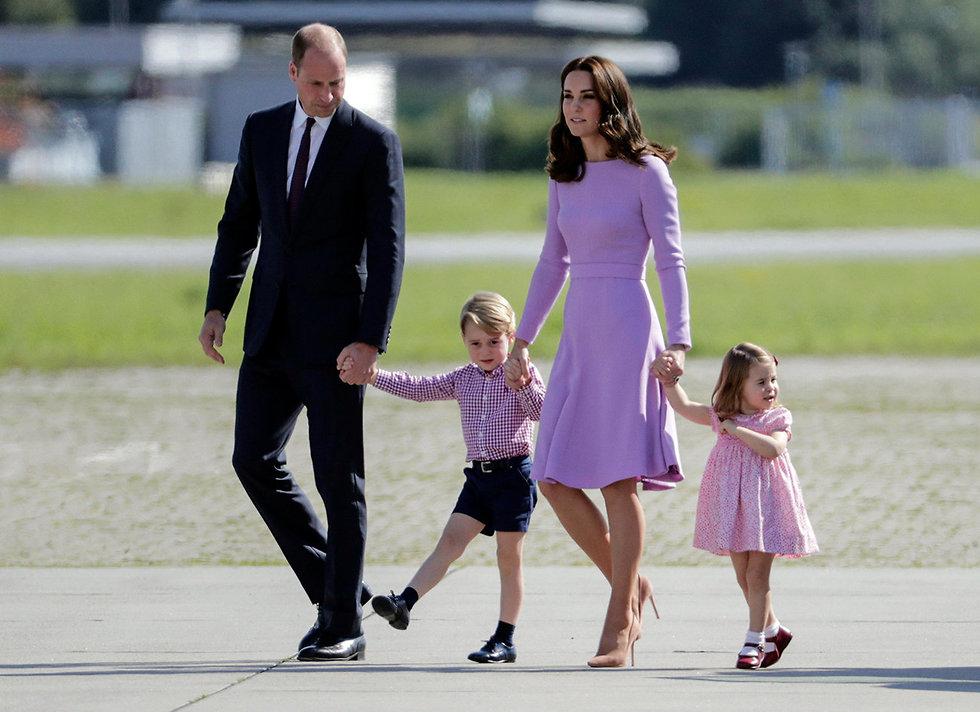 הנסיך הארי עם קייט מידלטון והילדים ג'ורג' ושארלוט בהמבורג (צילום: EPA)