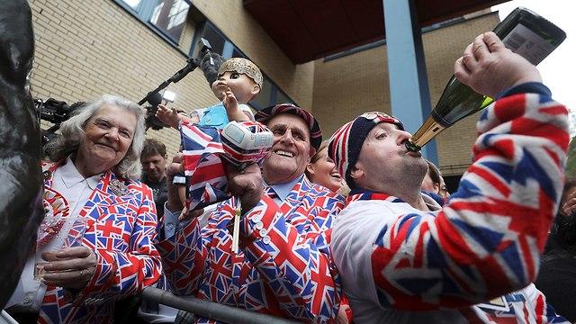 אנשים מחות לבית חולים בלונדון אחרי שקייט מידלטון ילדה בן (צילום: רויטרס)