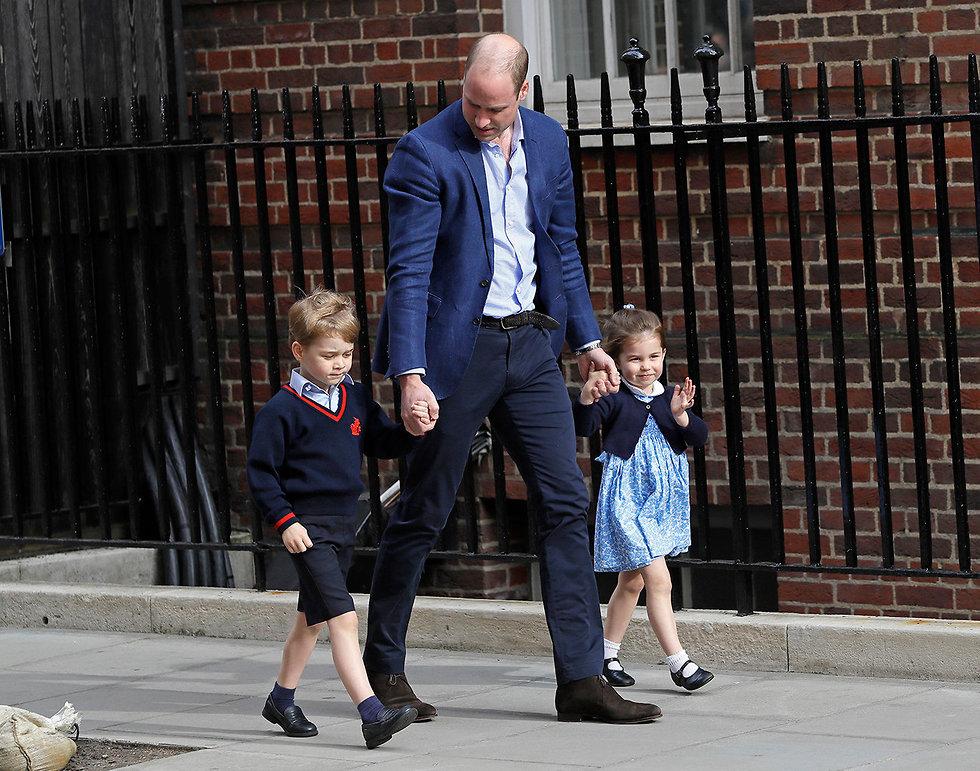 הנסיך וויליאם מגיע ל בית חולים ב לונדון עם הילדים שארלוט ו ג'ורג' (צילום: AP)