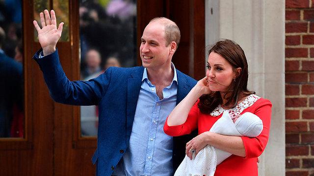 קייט מידלטון יוצאת מ בית חולים  (צילום: AFP)