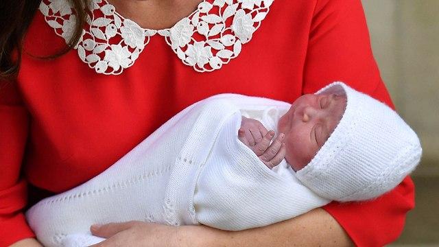 קייט מידלטון יוצאת מ בית חולים  (צילום: AP)
