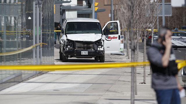 רכב מסחרי דריסה הולכי רגל טורונטו קנדה (צילום: AFP)