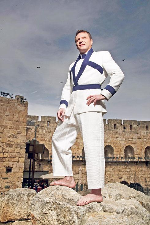 """ח""""כ יואל רזבוזוב בחליפת כחול-לבן של שי שלום. """"החלפתי את חליפת הג'ודו בחליפה של חבר כנסת"""" (צילום: רמי זרנגר)"""
