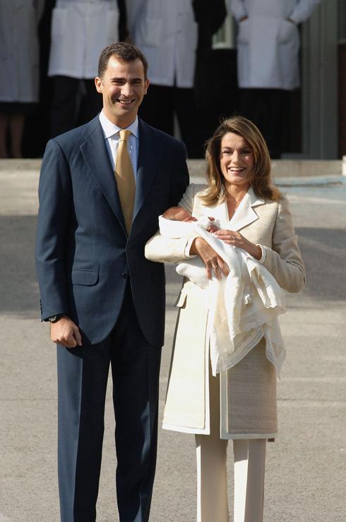 ביציאה מבית החולים המלכותי במדריד ב-2007, לאחר הלידה של בתה השנייה הנסיכה סופיה, בחרה לטיסיה מלכת ספרד במראה אלגנטי, קפוץ ומחויט, שכלל חליפת מכנסיים בהירה ומקטורן ארוך בצבע אוף-ווייט, שארזו את גופה להפליא (צילום: Carlos Alvarez/GettyimagesIL)
