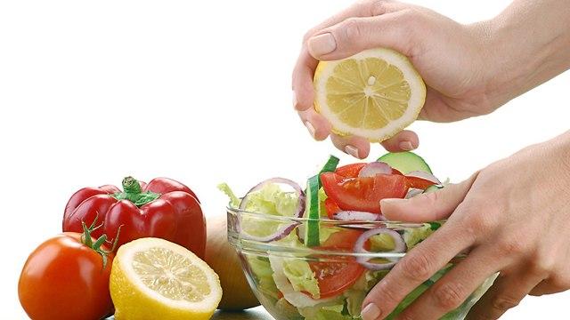 סלט ירקות עם לימון (צילום: shutterstock)