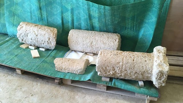 העברת אבני המיל העתיקות (צילום: צביקה צוק, רשות הטבע והגנים)