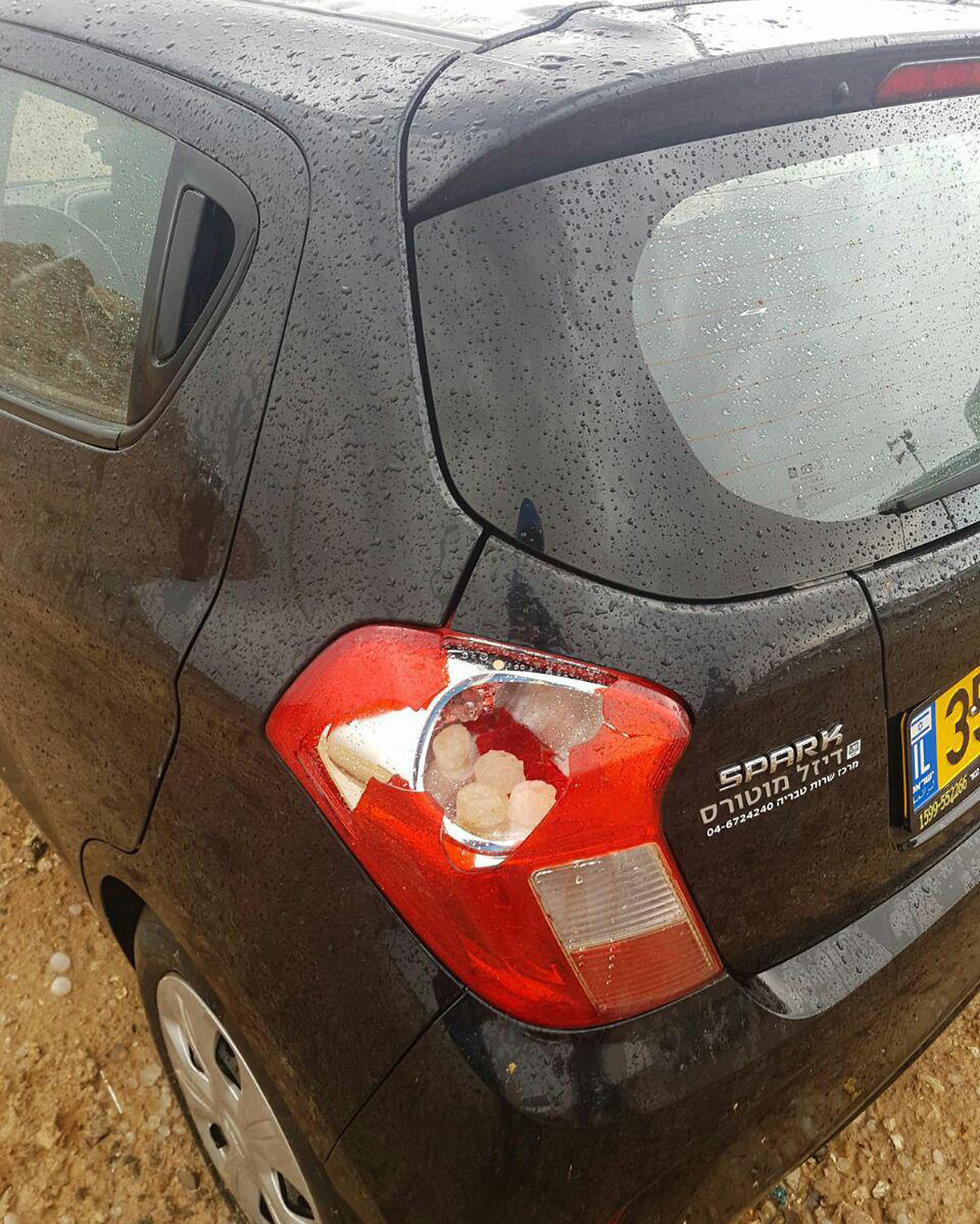 Car's tail light struck by hail in Dimona (Photo: Tali Ashkenazi)