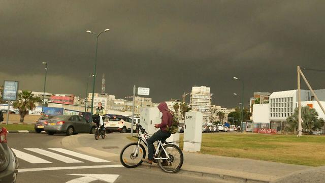 Storm clouds blot out the sun in Tel Aviv (Photo: Motti Kimchi)