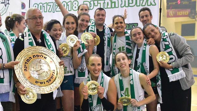 מכבי חיפה חוגגת אליפות (צילום: נחום סגל)