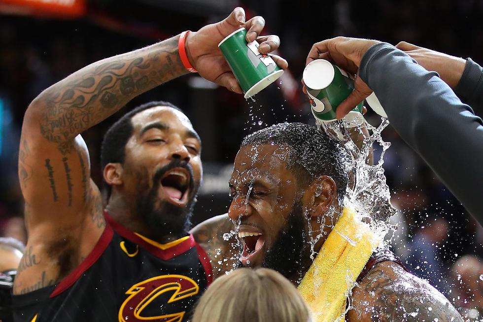 מים מים בששון. ככה מברכים את 'המלך' (צילום: AFP)