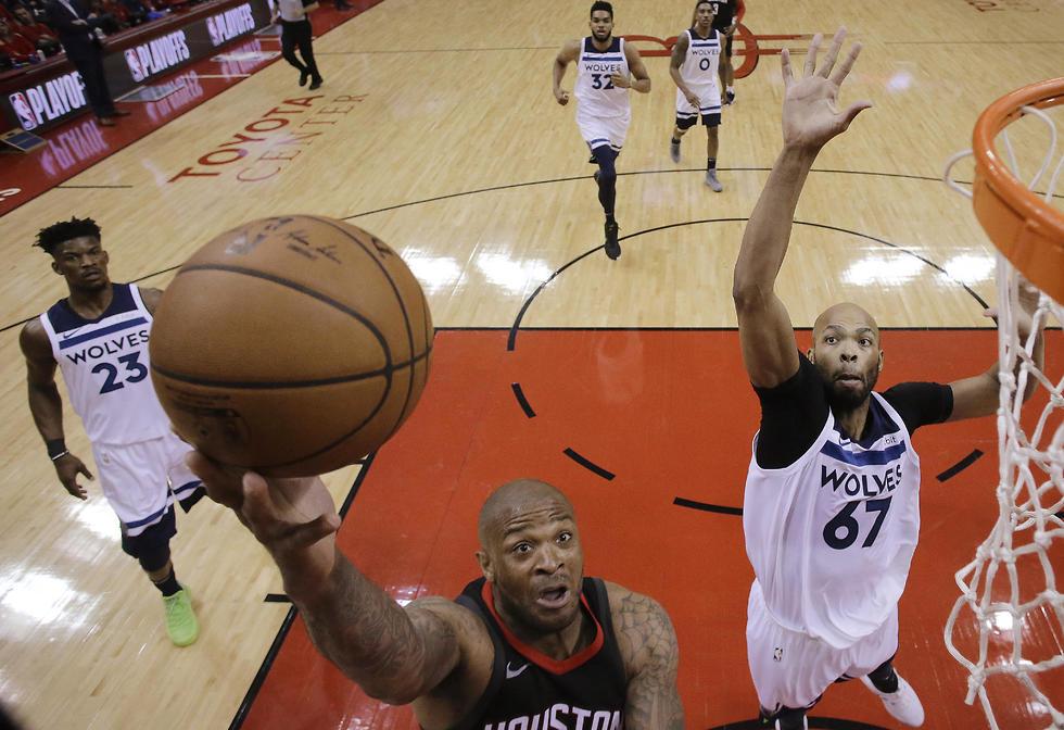 זוכרים? פי.ג'יי טאקר בדרך לעוד שתי נקודות עבור יוסטון (צילום: AP)
