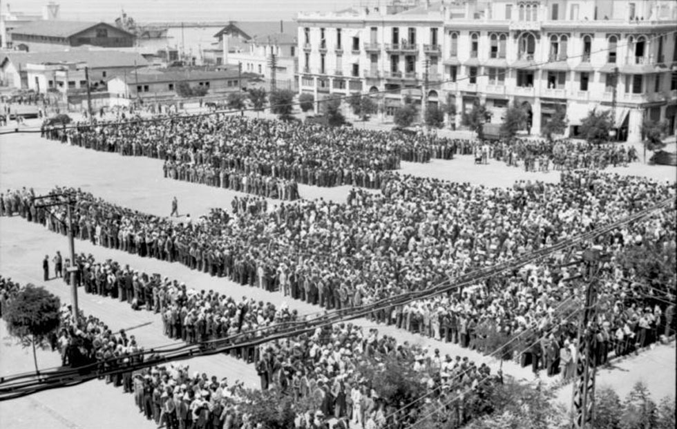ביולי 1942 נדרשו יהודי העיר להגיע לכיכר החירות (אלפטריאס) כדי לעבור רישום בידי הנאצים, כולל מעשי התעללות בהם. במארס 1943 יצא המשלוח הראשון למחנות ההשמדה (צילום: German Federal Archives/Dick, cc)