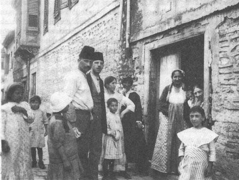 יהודים בסלוניקי, 1917. באותה שנה נפגעה הקהילה קשות, לאחר שהרובע היהודי עלה באש, ורבים נשארו ללא קורת גג (צילום: Kimdime, cc)