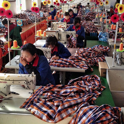 על המחיר הזול יש מי שמשלם ביוקר. מאות אלפי עובדי טקסטיל במדינות כמו מזרח אסיה ובנגלדש, ובפסי הייצור במדינות אפריקאיות כמו אתיופיה ואריתריאה, עובדים בשכר זעום ובשעות עבודה ארוכות ללא תנאים סוציאליים (צילום: AP)