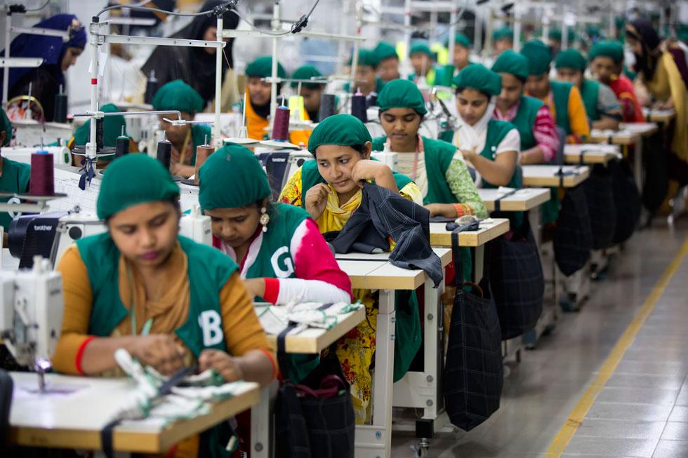 בגדים זולים לרשתות האופנה המהירה עדיין נתפרים בבנגלדש ובמדינות מזרח אסיה בתנאי עבודה טעוני שיפור, אך ניכר כי בחמש השנים החולפות עובר עולם האופנה שינוי מהותי (צילום: AP)