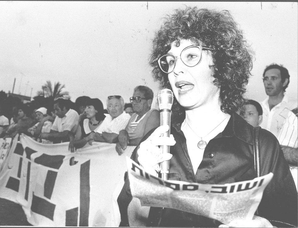 דליה רביקוביץ בהפגנת