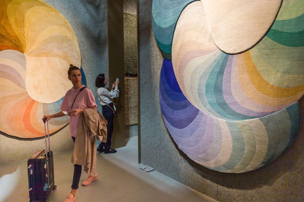 את פרס יריד הרהיטים של מילאנו השנה קטפה חברת השטיחים cc-tapis על ''שילוב מושלם בין מוצר ותצוגה''. את קירות הביתן עיטרו שטיחים בגוונים פסטליים, שעיצבה פטריסיה אורקיולה ושנארגו בעבודת יד בנפאל