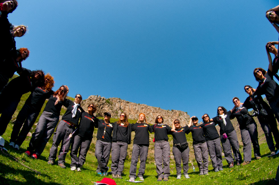 נויה שגיב עם קבוצת מאגמה צ'אלנג' בארמניה (צילום: איה בן עזרי)