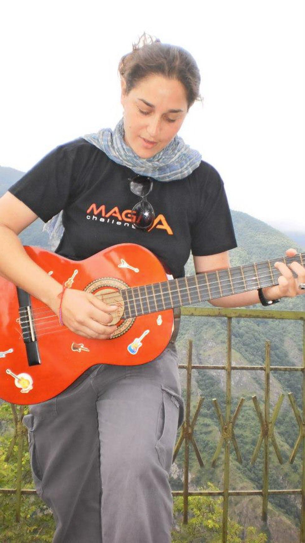 נויה שגיב והגיטרה.  (צילום: מאגמה)