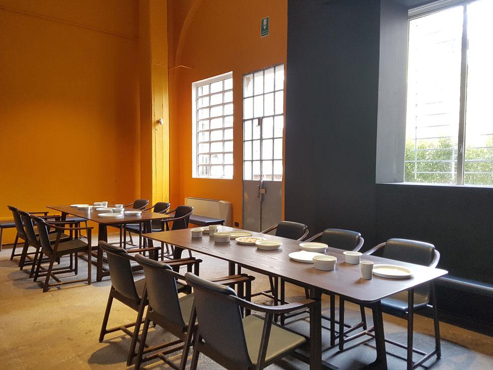 את המותג neri&hu מובילים שני אדריכלים יפניים, שלמדו בארצות הברית ועובדים עם מעצבים אירופאים. בפינת האוכל שהציגו בטורטונה, למשל, אין שום דבר יפני, אבל כפי שהסבירה הנציגה במקום, ''היא מבטאת ערכים יפניים דרך עיצוב אירופי על-זמני'' (צילום: ענת ציגלמן)