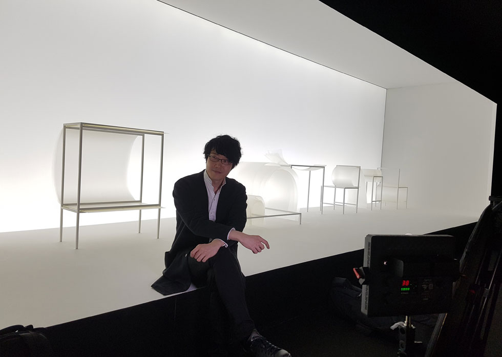 אוקי סאטו, העומד בראש סטודיו ''ננדו'' היפני, כבר רגיל לככב על רקע התערוכה השנתית שלו. השנה הציג בה 10 עיצובים פורצי דרך מבחינה טכנולוגית, כולם בשחור-לבן (צילום: ענת ציגלמן)
