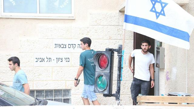 בני משפחה וחוקרי משטרה במכינה קדם צבאית בני ציון בתל אביב (צילום: מוטי קמחי)