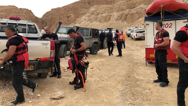 כוחות חילוץ בנחל צופית (צילום: כבאות והצלה נגב)