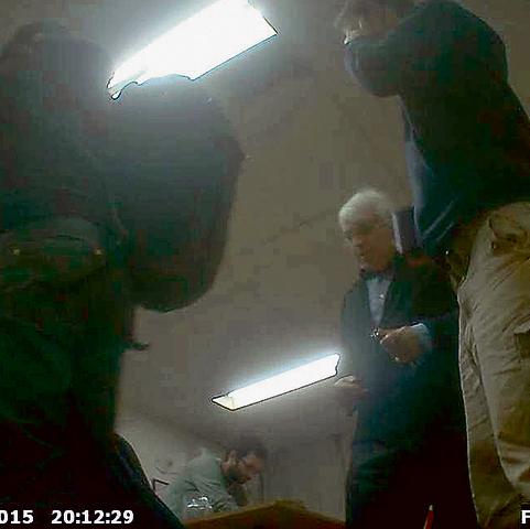 """אלון ליאל בפגישה עם פעילי """"שוברים שתיקה"""", מתוך סרטון שצילם אחד השתולים"""