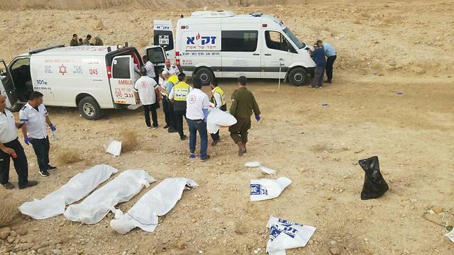 גופות הנערים בנחל צפית (צילום: דוברות זק