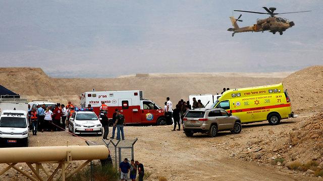 כוחות חילוץ בנחל (צילום: AFP)