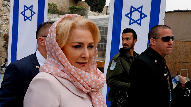 Romanian Prime Minister Dancila at the Western Wall (Photo: AFP) (Photo: AFP)